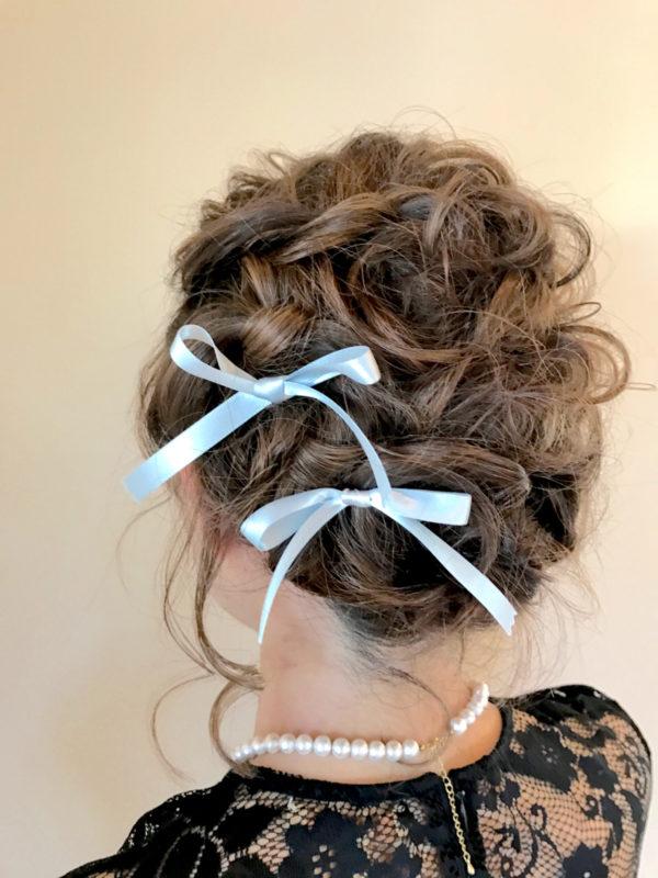 サテンのリボンなら、女の子らしさがぐっとアップ。あらかじめセットしたヘアスタイルにランダムに結ぶだけでOKなので、初心者さんにも取り入れやすいですよ。