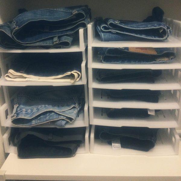書類トレイを洋服の収納に活用しているアイデアです。収納時にかさばりがちなジーンズも、これならどのスタイルのジーンズがあるのか分かりやすく、1段に入る枚数も限られているので、雑多にならずに済みますね。