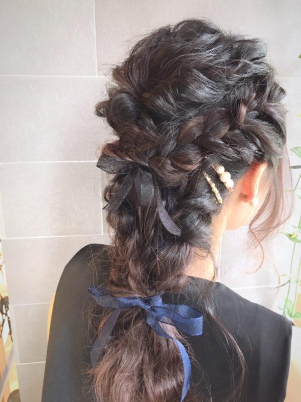 手持ちのリボンをヘアに紛れ込ませるのもメルヘンチックで可愛いです♡硬めな素材のリボンだと形がつくりやすいですよ。