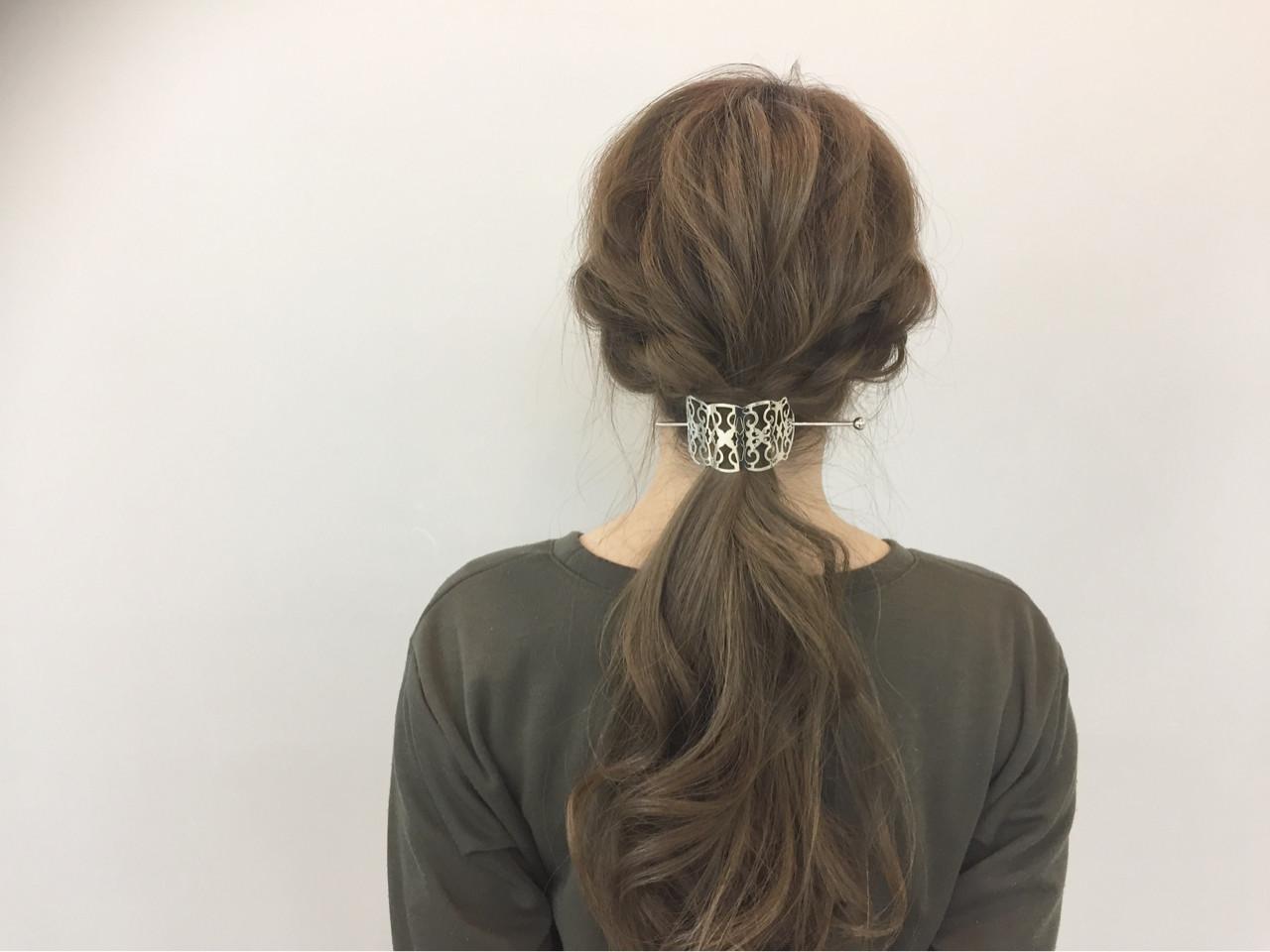 大きくゆる目に編み込みをいれ、アンティーク調のヘアアクセサリーを選べば、こなれたヘアスタイルができます。