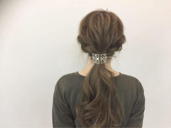 和洋のよいところが詰まったバレッタかんざしはクラシカルな雰囲気があって、編み込みを使ったローポニーのヘアアレンジにぴったりです。後頭部も毛束感をだして編み込みと馴染ませるとより素敵に。