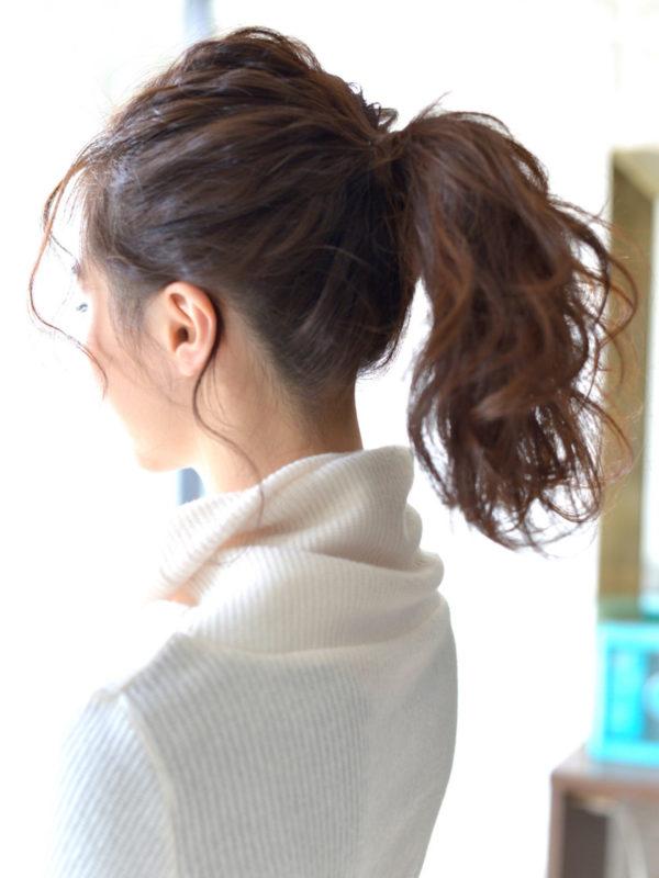 高め位置のポニーテールで思い切り元気な印象に。ハイネックの服にもぴったりです。結んだあとは毛束を引き出しておくれ毛で女性らしさをアピール。