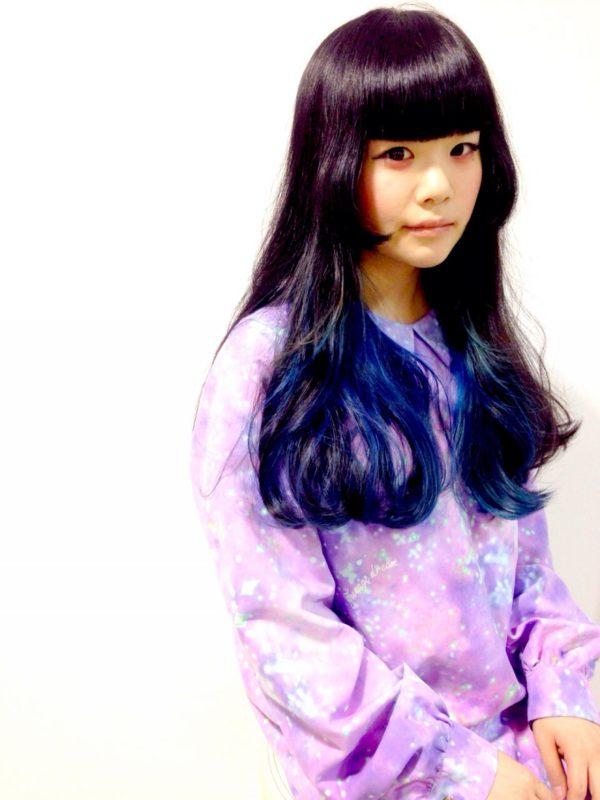 黒髪のロング姫カットに毛先を深いブルーに!とっても神秘的ですね!どんな服も個性的に着こなせそう♪