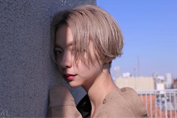 甘い雰囲気のミルキーベージュ。長い前髪をセンターから分けて小顔効果と色っぽさが感じられます。