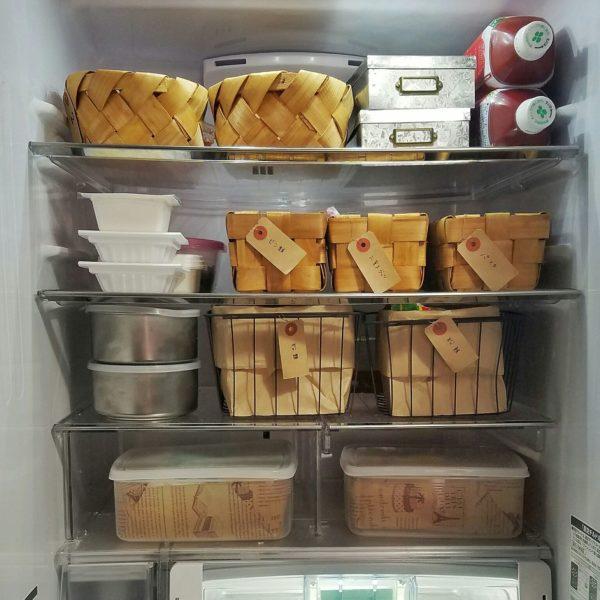 台所収納でも出てきたかごを使った収納アイデアです。どこに何を置いておくのかを決めておけば、冷蔵庫の中を探し回ることもありませんね。子供のつまみ食いの防止にもなるかもしれませんよ。