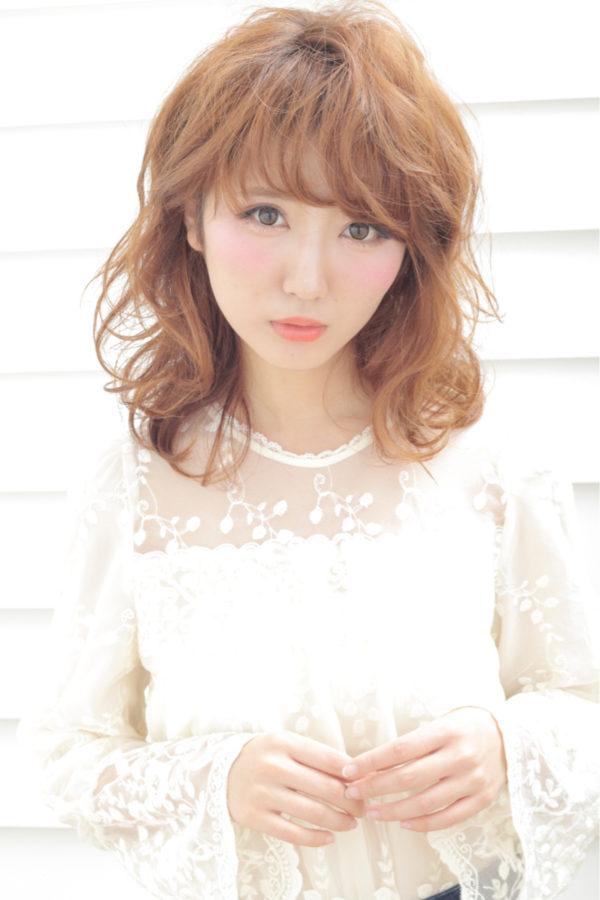 明るめのふわふわ髪とフェザーバングの組み合わせは、天使を思わせます♡毛先も軽さを出して無造作にしているのがポイントですね。