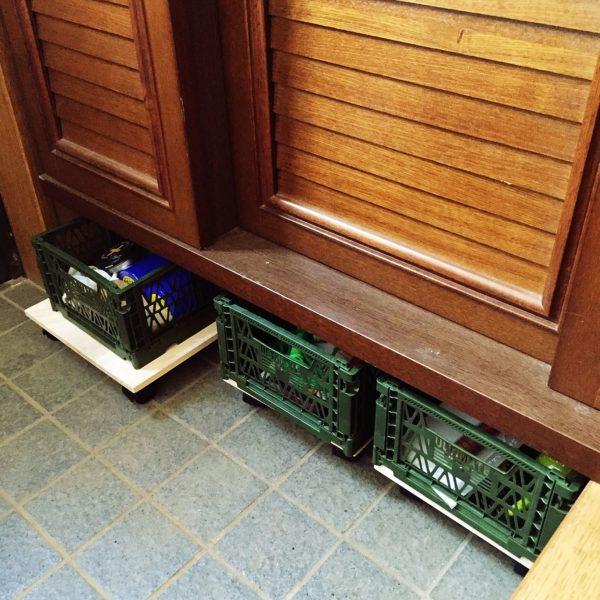コンテナボックスをキャスター付きの板に乗せて、シューズラック下のデッドスペースを収納スペースにした実例です。キャスターがついているので出し入れもらくちんで、こまごまとしたアイテムも豪快に収納できます。