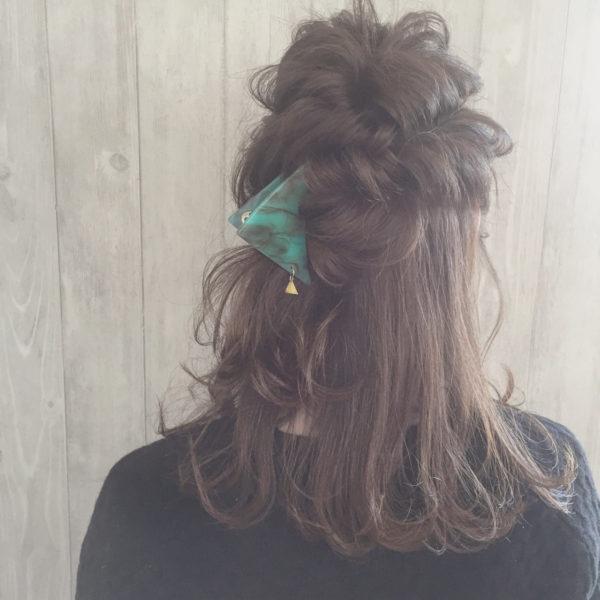 皆さんご存知のくるりんぱ。これをするだけでヘアスタイルに動きがでますよね。くるりんぱを大胆に崩し、かわいいクリップでポイントをつくるおしゃれなヘアスタイルです。