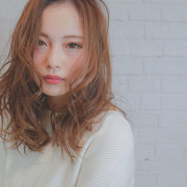 ロングヘアならではのゆるふわスタイル。前髪もゆるふわにして、カラーを明るくすることで全体的に優しい柔らかな雰囲気に。