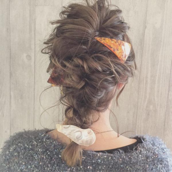 トップの髪をくるりんぱさせて、毛束を引き出してこなれた印象に。くるりんぱさせた毛束も一緒に編み込んで、バレッタやクリップをつけてアクセントを。可愛らしい毛束の膨らみとバレッタの対比が素敵ですね。
