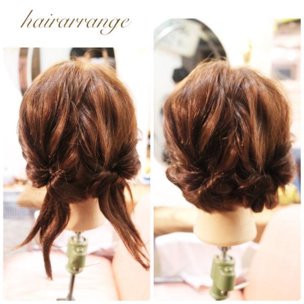 髪を無造作に2つに分け、左右をそれぞれくるりんぱ。余った髪をくるっとまとめてお団子にし、ボリュームを。簡単にいつもと違う髪形に。