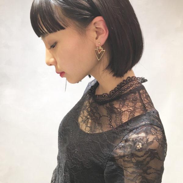 黒髪が艶やかなストレートボブ。耳かけ&ぱっつん前髪が、横顔を美しく見せています。