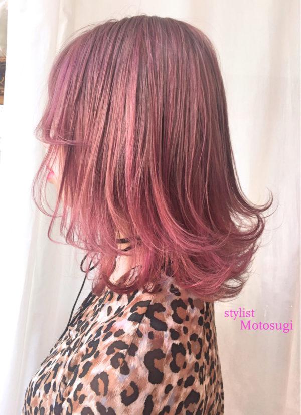 あま~いピンクの毛先が柔らかく跳ねていて、とても春らしいヘアスタイルになっています。明るめのカラーなので、毛先がまるで透けているかのような質感になっています。