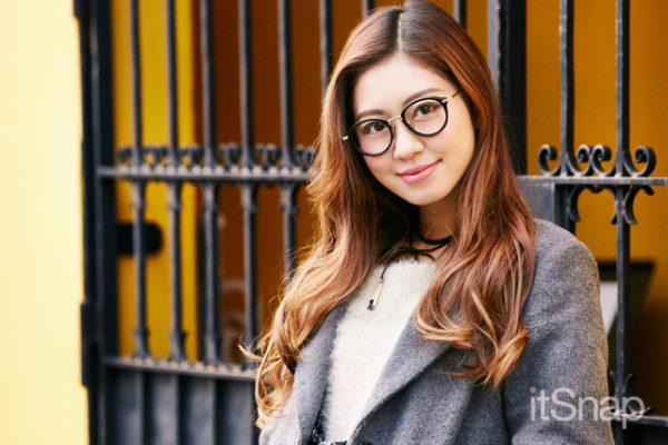 ミックス巻きのやわらかロングヘアー♡ノーバングで顔周りをスッキリさせます。メガネがおしゃれヘアーをさらにおしゃれに見せてくれています。