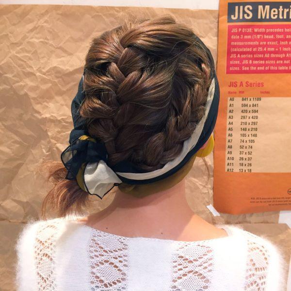 編み込みをしても髪の毛が落ちてきてしまうことも。そんな時はスカーフやバンダナを使って抑えつつ、オシャレ感アップ!
