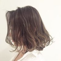 グラデーションカラーやハイライトを入れて髪にナチュラルな軽さと立体感を♪