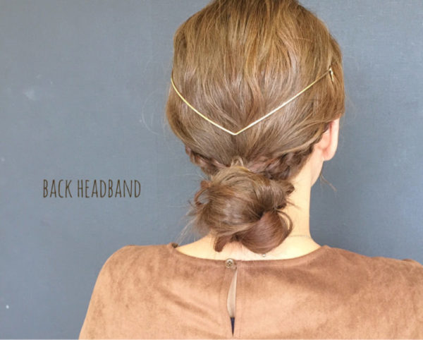 緩やかな波ウェーブと直線的なV字のゴールドのヘアアクセサリーのコントラストがなんとも見事なヘアアレンジ。サイドの三つ編みはコントラストを生かすように低めの位置で束ねてから、後ろ髪をまとめるとGOOD!