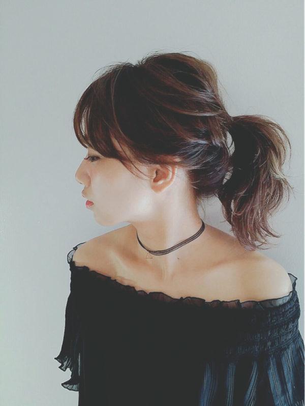 トレンド感ある仕上がりを目指すならば、まとめ髪もルーズにするのがベスト。鉄板のポニーテールも、さらりとおしゃれにキマります。