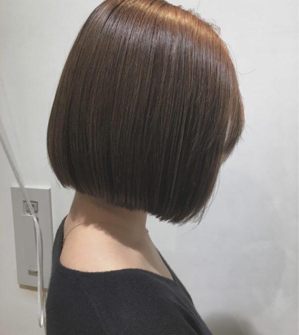 やや前下がりのストレートボブは、大人っぽく落ち着いた印象になります。ヘアカラーはアッシュグレージュ。色落ち後も可愛い髪色を楽しめます。
