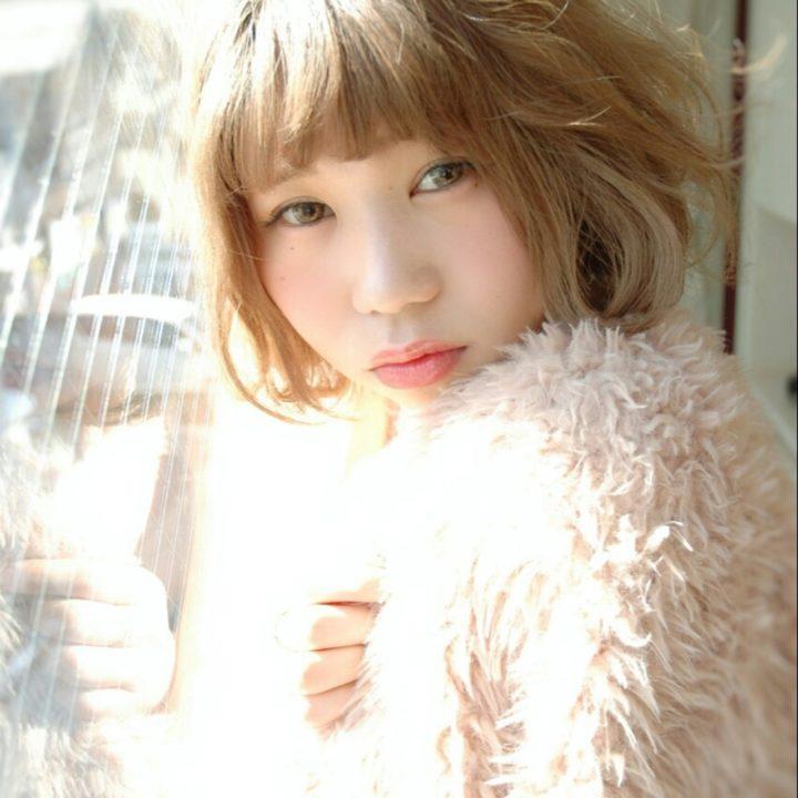 日に透けるような明るいカラーのキュートなボブ。春らしいパステルカラーの服にも映えそうですね。