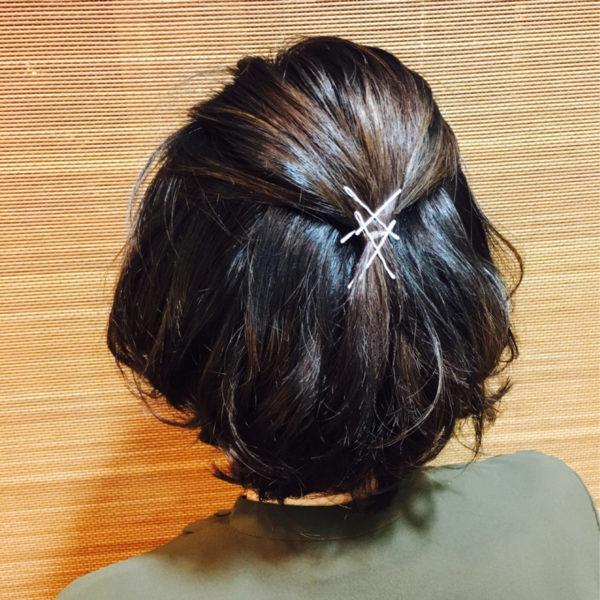 ショート丈のハーフアップはヘアアクセで変化をつけて。ヘアピンを重ねてつけるだけでもおしゃれに仕上がります。
