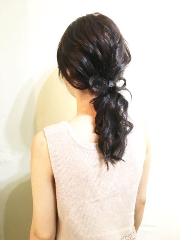 ローポニーテールに地毛リボンを組み合わせたオトナ女子にぴったりのヘアスタイル。ダークグレージュのカラーリングは今年のトレンドです。