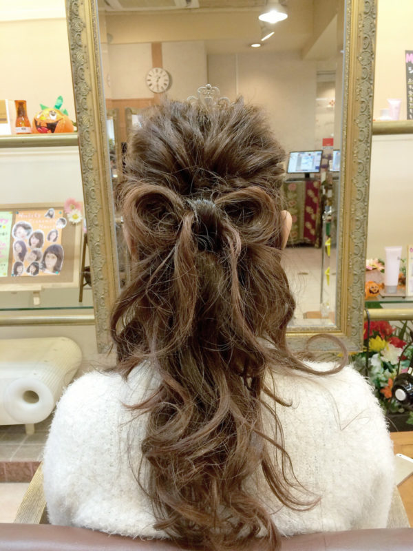 自分の髪を用いてリボンに成型するヘアスタイル。とっても凝っているように見えますが、ピンとゴムだけあればステップは簡単なんです♪