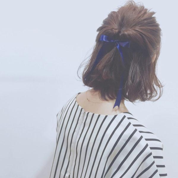ハーフアップした髪をくるりんぱするだけ。アクセントにリボンやバレッタをつけるとよりオシャレに。よそ行きにおめかしして♡