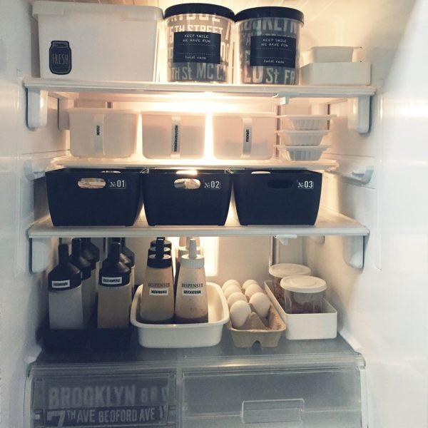 こちらもボックスできれいに片づけている冷蔵庫の収納例です。ふたと取っ手がついていると、衛生的でありながら取り出しやすさもあるので便利ですね。ソース類もトレイに入っているので、冷蔵庫の掃除も楽ですね。
