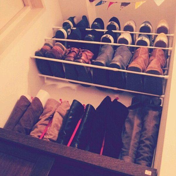 デッドスペースに突っ張り棒を2本入れて即席の靴棚に☆空間を上手く使って収納力をアップされていますね。