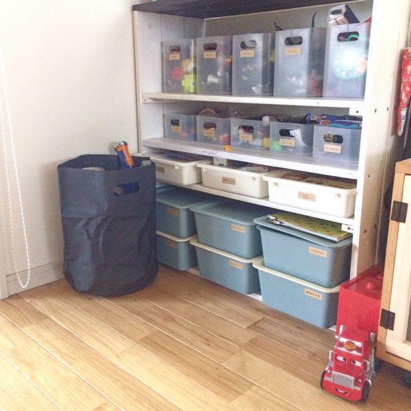 こちらもケースを使ったおもちゃの収納例です。ケースの大きさをそれぞれ揃えているので、きれいに片付いているように見えますね。こちらも入れるものをケースごとに分けておけば、どこに何のおもちゃがあるのかもすぐに分かります。