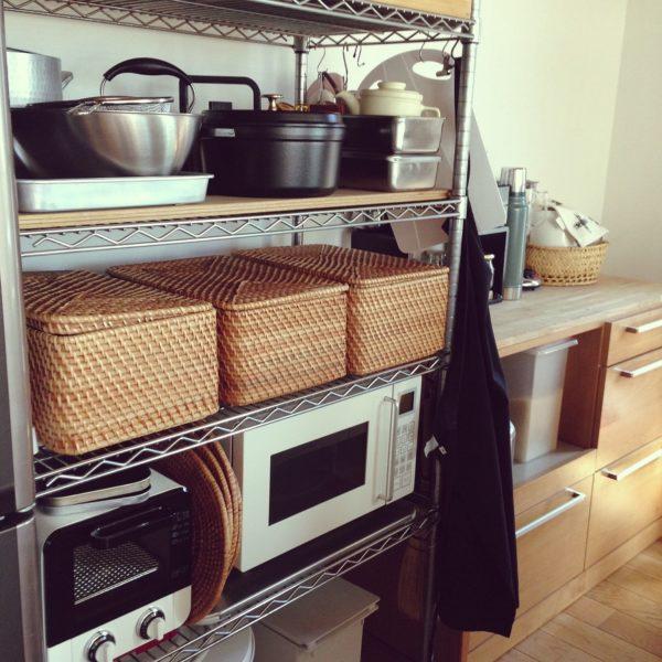 見事な見せる収納を実現しているキッチン。清潔感のあるスチールラックと温もりのあるバスケットのバランスが絶妙です。