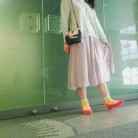 カラータイツを合わせるのではなくあえて靴下とパンプスでトレンド感を出してみませんか。