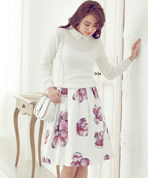白地にシックな色合いの赤い花を散らしたフレアミディスカート。まずは、白いブラウスやニットがてっぱんコーデでしょう。バッグもきれいめの白で合わせると、モテ女子スタイルですね。