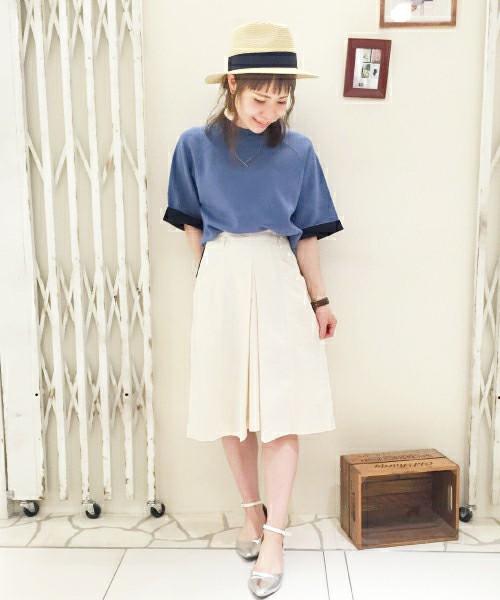 どこか懐かしい雰囲気の、台形ボックススカートです!シルバーのシューズで、キラリと輝く新鮮な着こなしに!