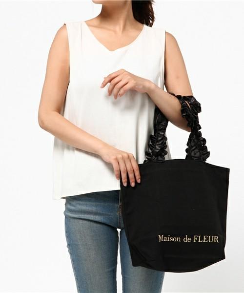 こちらは上のSサイズよりひとまわり大きいMサイズです。縦が長いので大き目のものも入れやすいです。仕事バッグやマザーズバッグにも使えそうな、使い勝手のいい大きさです。