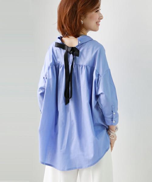 ◆REAL CUBE バックリボン襟抜きワイドシャツブラウス 今季のシャツの着こなしは襟抜きが基本。着るだけで手軽に襟抜きのフォルムになるシャツブラウスがあると便利です。こちらのワイドシャツブラウスはそれを実現してくれます。背中についているリボンが見る人の視線を上げてくれるから、身長を高く見せる効果もあるんです♪