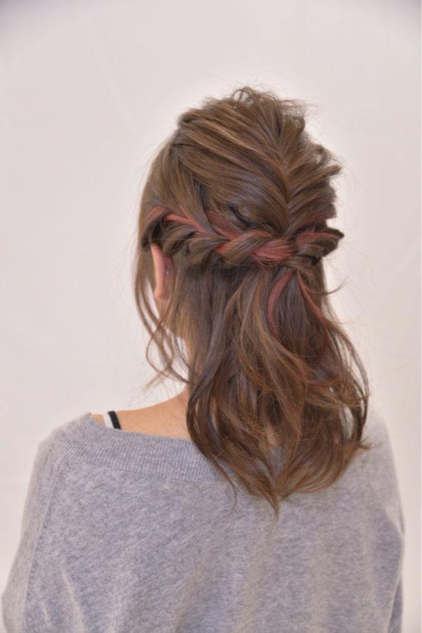 編み込みをプラスしたハーフアップは可愛らしく、結婚式にもおすすめです。編み込み部分にだけピンクの毛束が見えるのが可愛い!