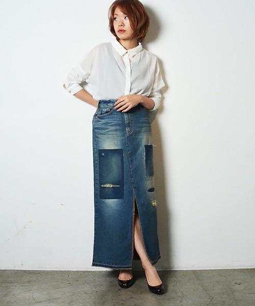 パッチワーク柄のデニムタイトスカートは主役級の可愛さ♡他アイテムはシンプルにホワイト&ブラックでまとめればデニムスカートが引き立ちます。