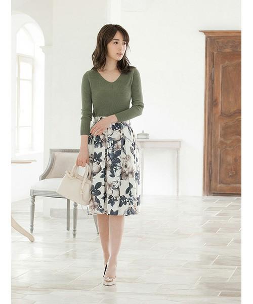 スッキリとしたシルエットのフレアスカートに大きなフラワープリントが施されて、華やかでありながらも凛とした上品さを損なわない印象です。トップスはスマートでタイトな無地のプルオーバーがエレガント。