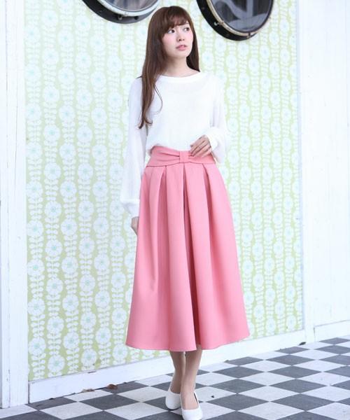 ホワイト×ピンクで作るのは春の甘めコーデ♡スカートはミモレ丈をチョイスすることで、大人女子でも着こなせますよね♪腰元のさりげないリボンも可愛い♡