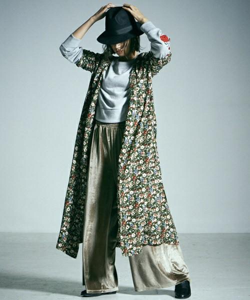 カシュクールデザインが女性らしいモスグリーンの花柄ロングワンピースに、テロンとした素材のワイドパンツや中折れハットを合わせて甘辛ミックスコーデ。