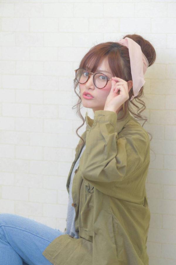 眼鏡が似合うヘアスタイルは、はやり「お団子ヘア」が一押しです♪