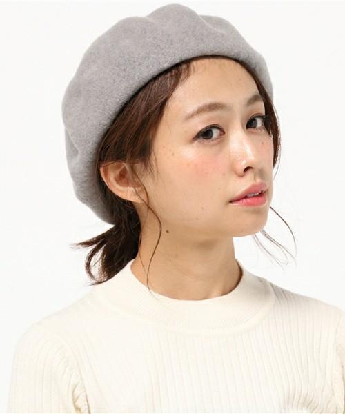 白トップスなどのふんわりした雰囲気にも似合うのがグレー。女性っぽさを演出できるカラーです!