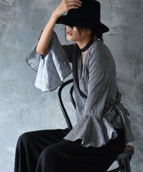 袖が華やかなフリルになっているシャツ。ざっくり開いたVネックにウエストリボン付きのシック且つ、エレガントな大人デザイン。