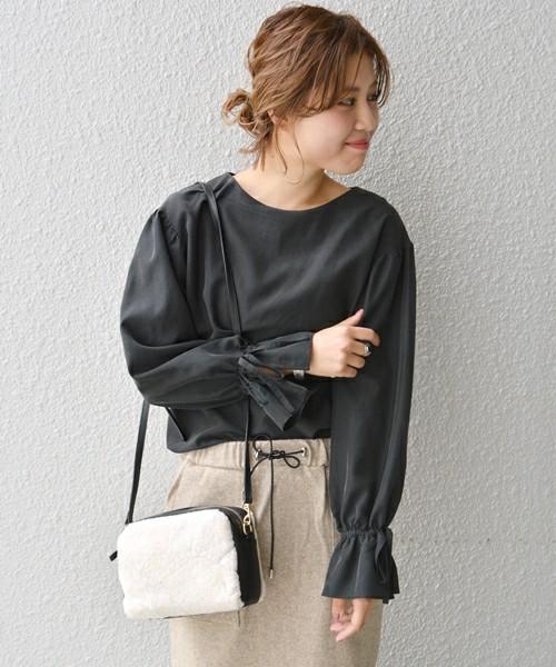 ダークグレーのシンプルシックなブラウスですが、袖のディティールでエレガントな雰囲気になっています。