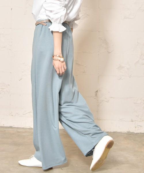 春らしい柔らかなリブ素材のワイドパンツ。リラックスムードなワイドパンツは、シャツと合わせてきれいめカジュアルスタイルに♪淡いブルーカラーが、爽やかで素敵ですね。
