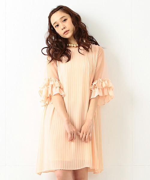 細いプリーツがとってもフェミニンな雰囲気♡パーティーにも使えそうなゴージャスワンピ。袖のフリルがお姫様みたいでとってもキュートです。