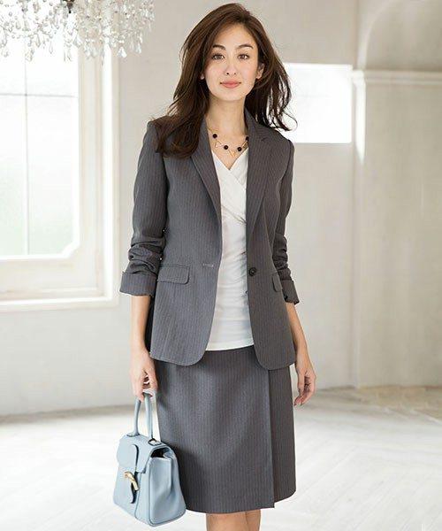 上のジャケットは、やや長めにつくられていて腰骨のあたりまで隠れる長さなので安心です。下に合わせているスカートは、巻きスカート風のシンプル且つ、上品なデザイン。