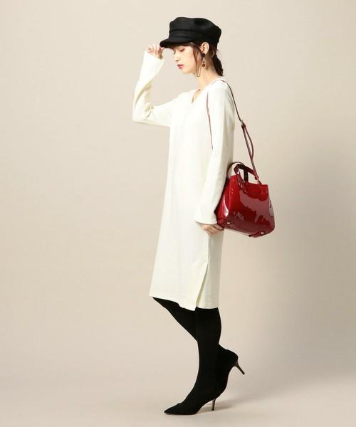 とろみ感のある白ワンピに黒アイテムを合わせてモノトーンコーデを作れば、ちょいモードな着こなしに。赤いエナメルバッグが程よいさし色になって女っぷりも上がります♡